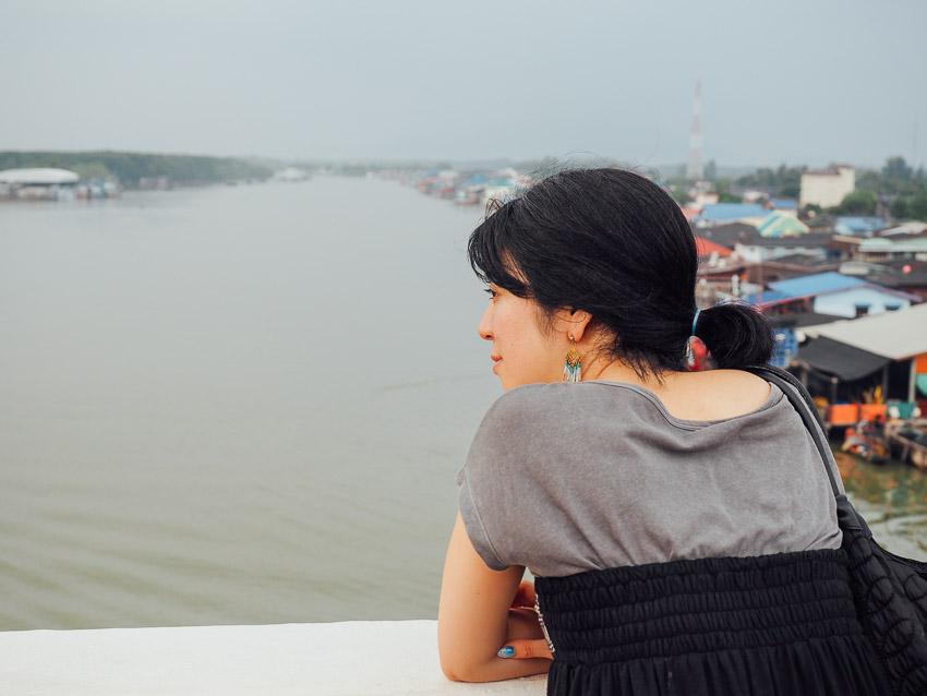 Sambil berjalan menuju homestay kami sempat berhenti di Jembatan Prasae untuk sedikit berfoto