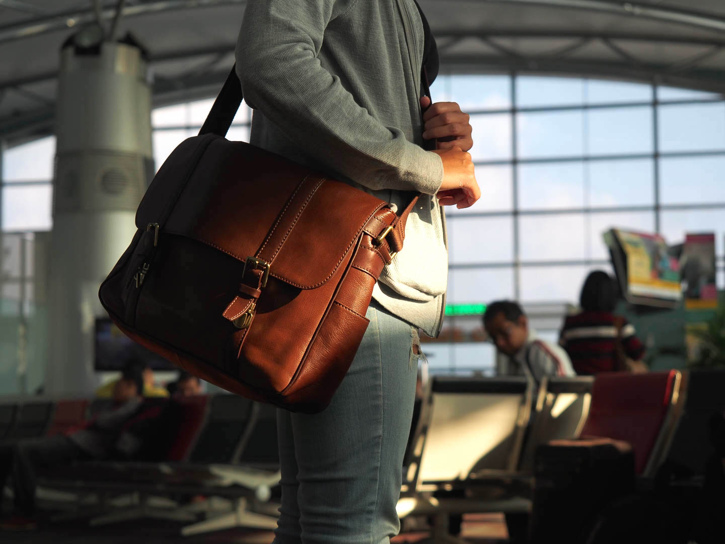 Tas selempang kulit. Terlihat sangat kece, tapi berat.