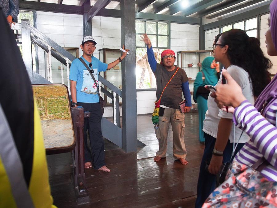 Tour keliling situs-situs bersejarah di Makassar bersama dua 'travel guide' andalan. Daeng ipul dan daeng Anchu
